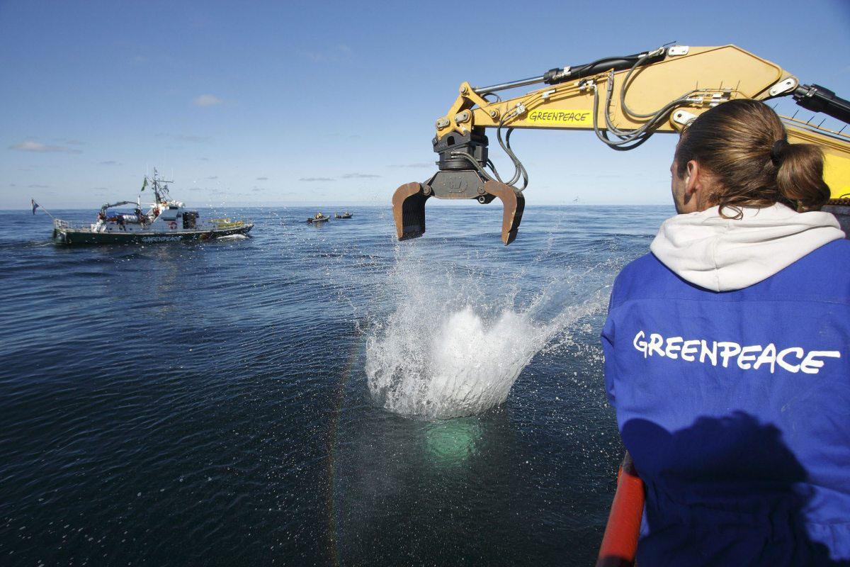 Mit tonnenschweren Natursteinen schützen Greenpeace-Aktivisten 2008 ein Gebiet in der Deutschen Bucht, das Sylter Außenriff.