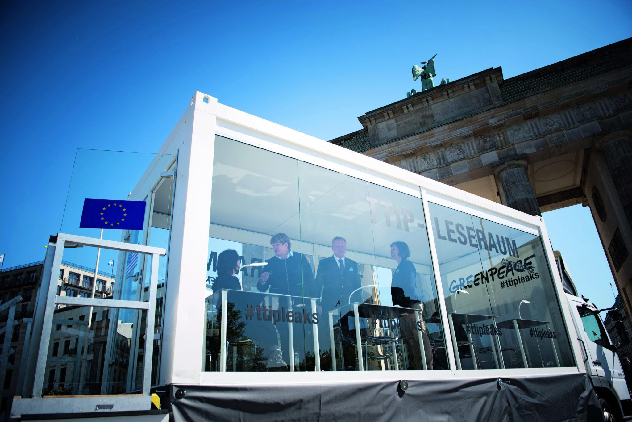 Greenpeace präsentiert geheim gehaltene TTIP-Verhandlungstexte. Der gläserne Leseraum vor dem Bradenburger Tor ist für alle zugänglich. Greenpeace setzt damit die geforderte Transparenz selbst in die Tat um.