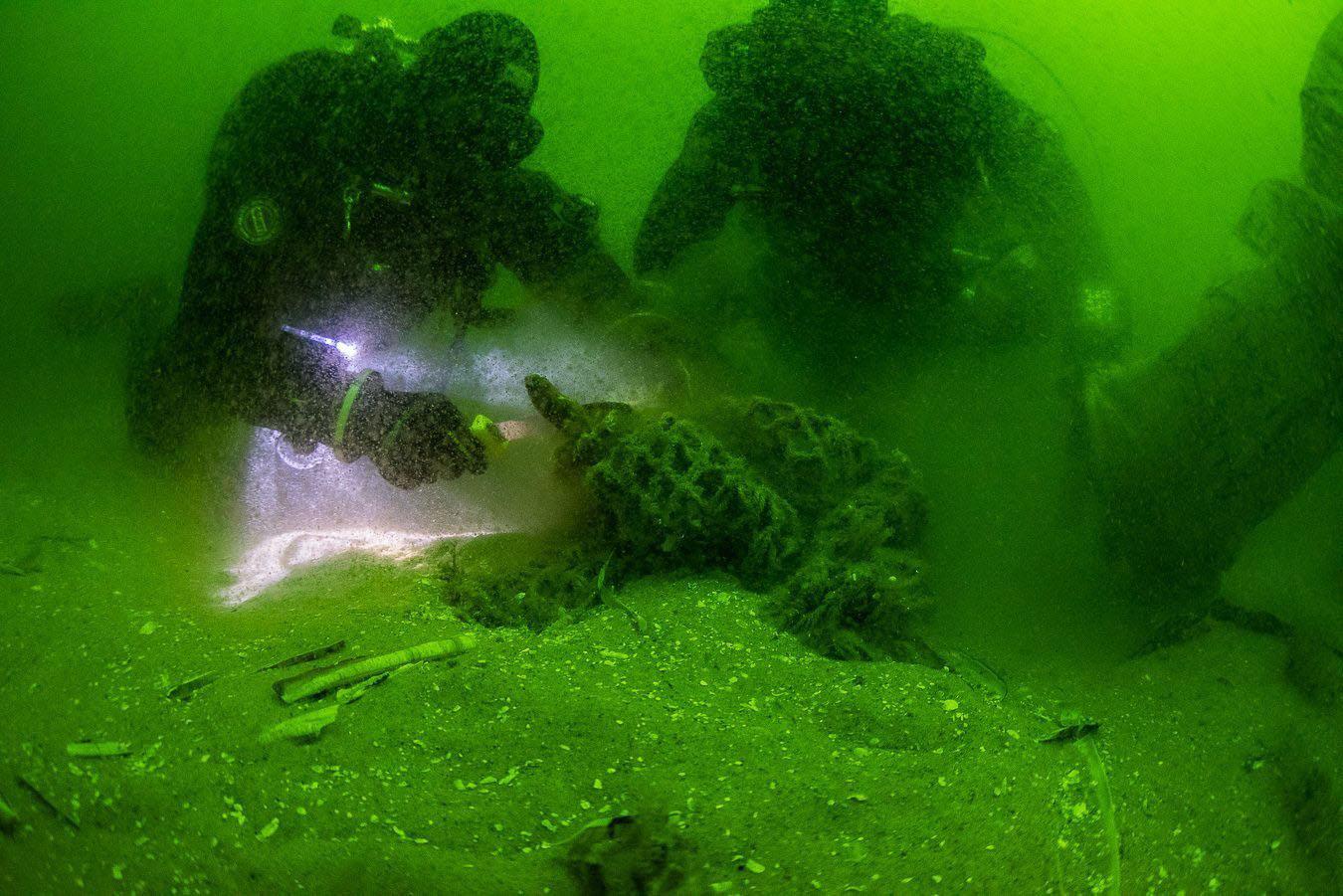 Unter Wasser finden sie die alten Fischernetze, in ihnen verheddern sich die Meeresbewohner. Die Taucher schneiden die Netze ab und versuchen sie zu bergen.