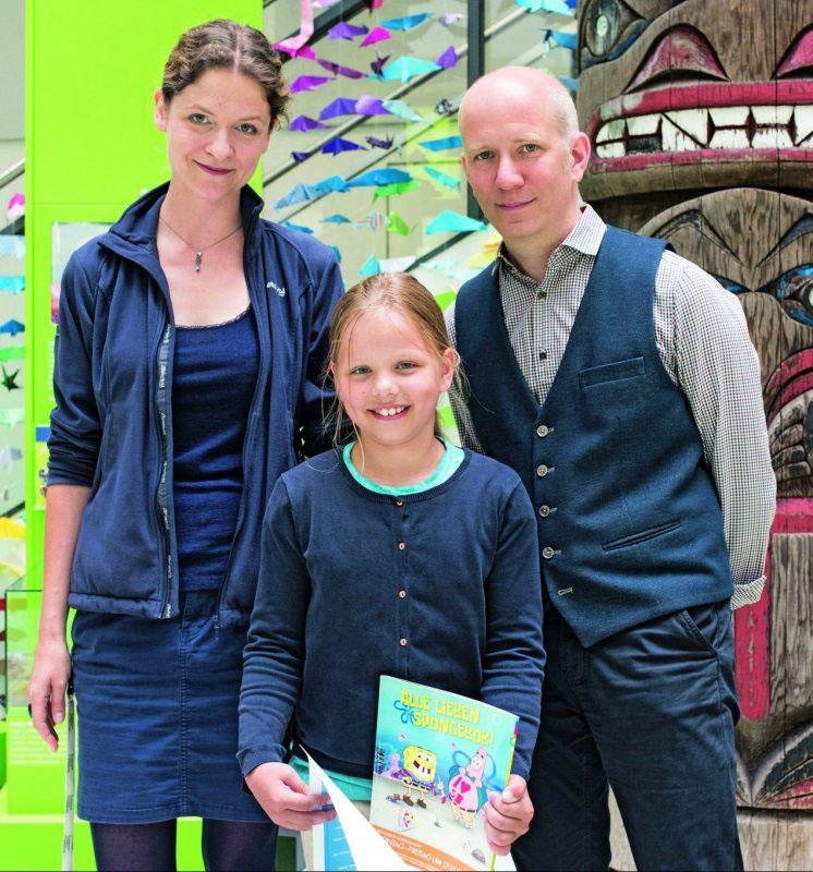 Die Meeresexpertin Sandra Schöttner und Geolino-Chefredakteur Martin Verg gratulierten dem Gewinnerkind Salome Liebe.
