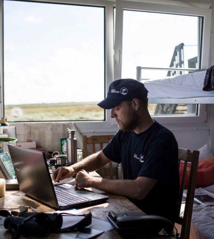 Sandra Dedolf und Martin Rader teilen sich vier Monate lang den Job des Vogelwarts im Schutzgebiet. Sie wohnen in einem Container, der gleichzeitig Büro und Schlafplatz ist.