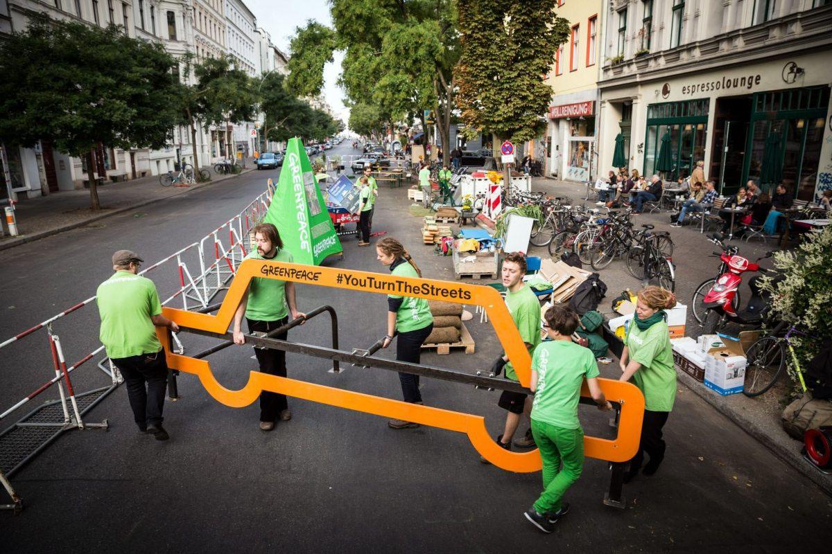 Greenpeace-Aktivisten demonstrieren für lebenswertere Städte. Sie verwandeln einen Teil der Berliner Bergmannstrasse für einen Tag in ein Naherholungsgebiet - mit Kaffeebar und Bällebad für Kinder. Greenpeace fordert eine nachhaltige Mobilität und eine gerechtere Verteilung des öffentlichen Raums.