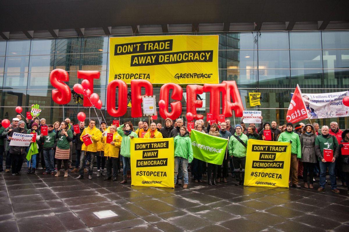 Greenpeace fordert bei einem Ministertreffen in Luxemburg erneut, dass das CETA-Abkommen (Comprehensive Economic and Trade Agreement) nicht genehmigt werden darf.