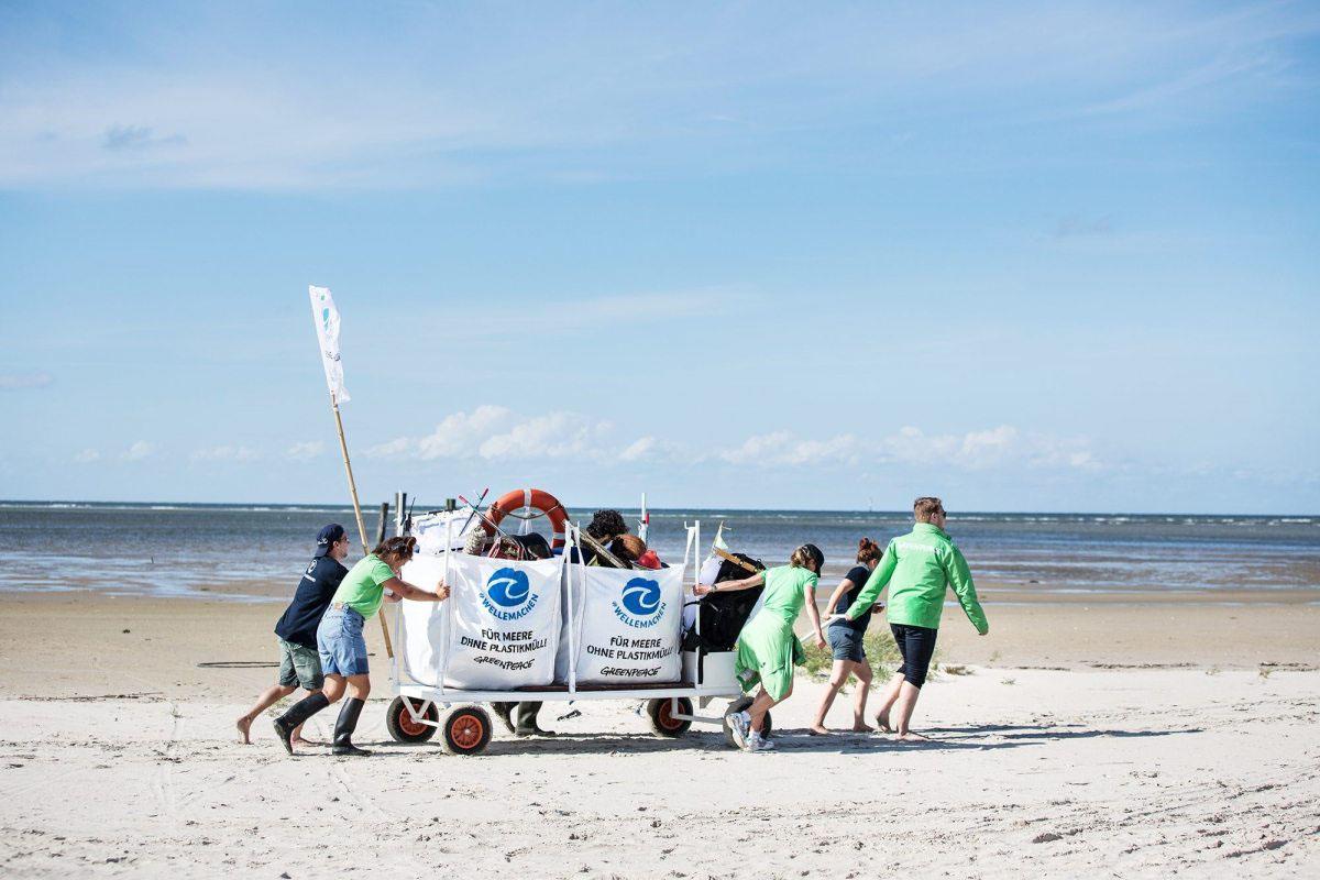 Kraftakt: Sechs Personen braucht es, um die voll beladenen Säcke immer wieder von den Inseln zur Beluga II zu ziehen.