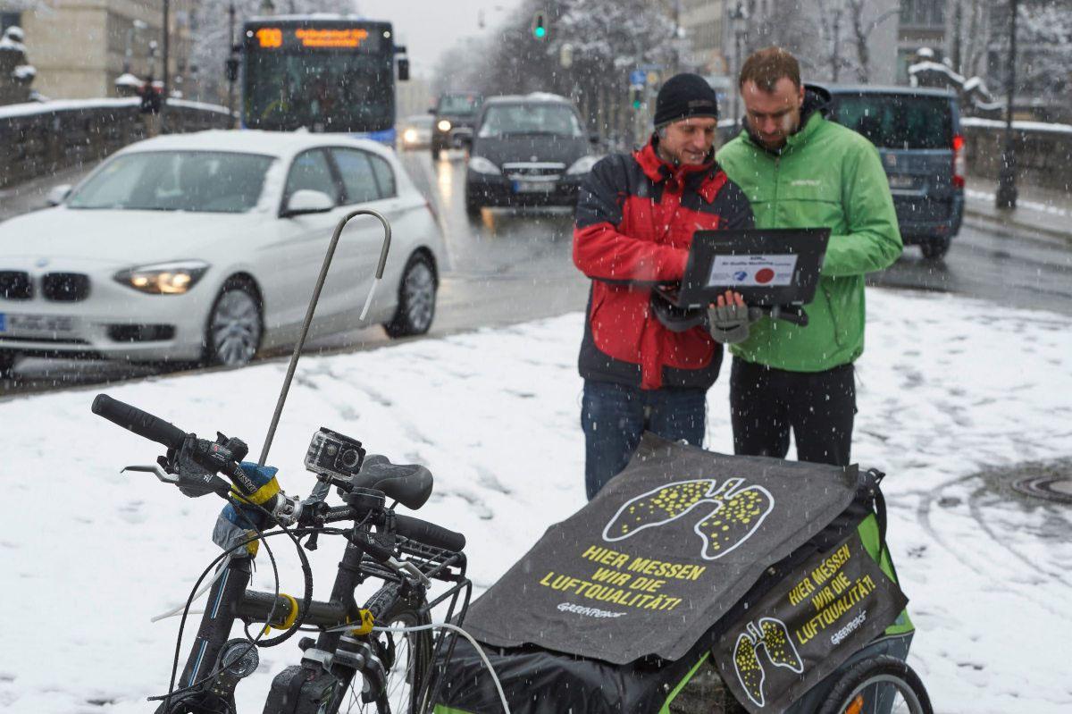 Laut und dreckig: Greenpeace-Mitarbeiter und Experten des Instituts für Umweltphysik der Universität Heidelberg messen im Februar 2016 die Stickoxidbelastung in deutschen Städten, hier sind sie in München.