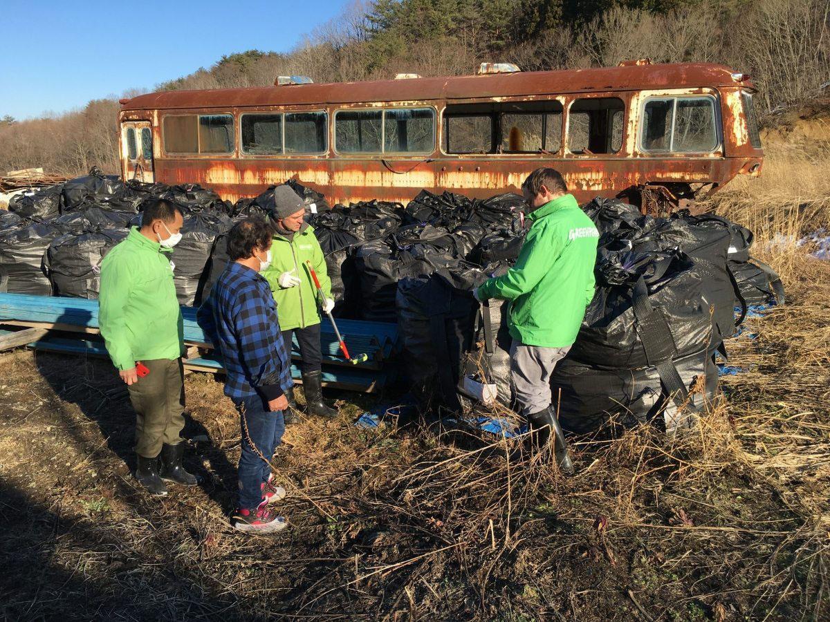 Toru Anzai musste nach der Katastrophe seinen gesamten Hausstand in schwarze Säcke verpacken. Diese rotten seitdem draußen vor sich hin – sie gelten als Atommüll.