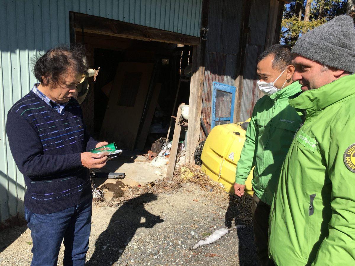 Die Greenpeace-Strahlenexperten sprechen mit Toru Anzai, der seit der Evakuierung gesundheitlich stark angeschlagen ist – seine Heimat scheint für ihn und die anderen Menschen aus Iitate verloren.