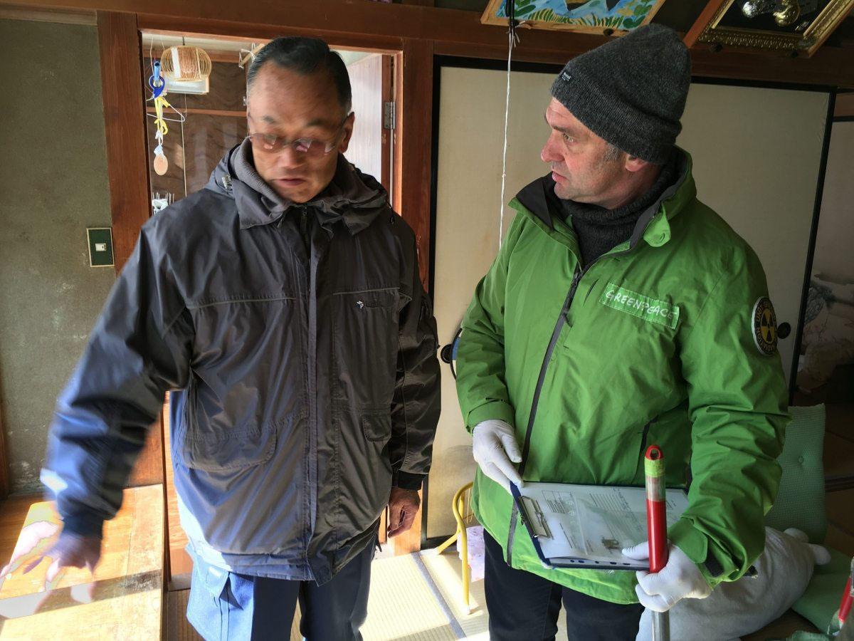 Heinz Smital, Atomexperte bei Greenpeace Deutschland, misst im Haus des Bauern Hiroshi Kanno in Iitate, auch Herr Kanno musste es nach dem Atomunfall 2011 verlassen.