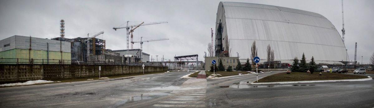 Der nach der Katastrophe schnell errichtete Sarkophag sollte verhindern, dass noch mehr Radioaktivität in die Umwelt gelangt. Seine Lebenszeit war bereits überschritten. Eine neue Schutzhülle wurde im Dezember 2016 über die Ruine geschoben, auch sie hat eine begrenzte Lebensdauer.