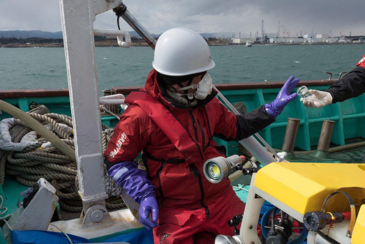 Greenpeace-Strahlenschutzexperten nehmen Anfang 2016 nahe des Atomkraftwerks Fukushima Sedimentproben vom Meeresgrund.