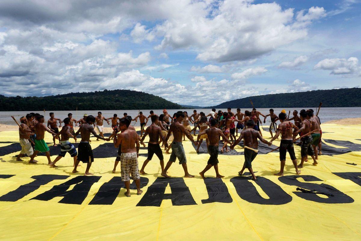 Gemeinsam stärker! Zusammen mit dem indigenen Stamm der Munduruku protestieren Greenpeacer im März 2016 gegen die Pläne der Regierung, einen Megastaudamm am brasilianischen Fluss Tapajós zu bauen.