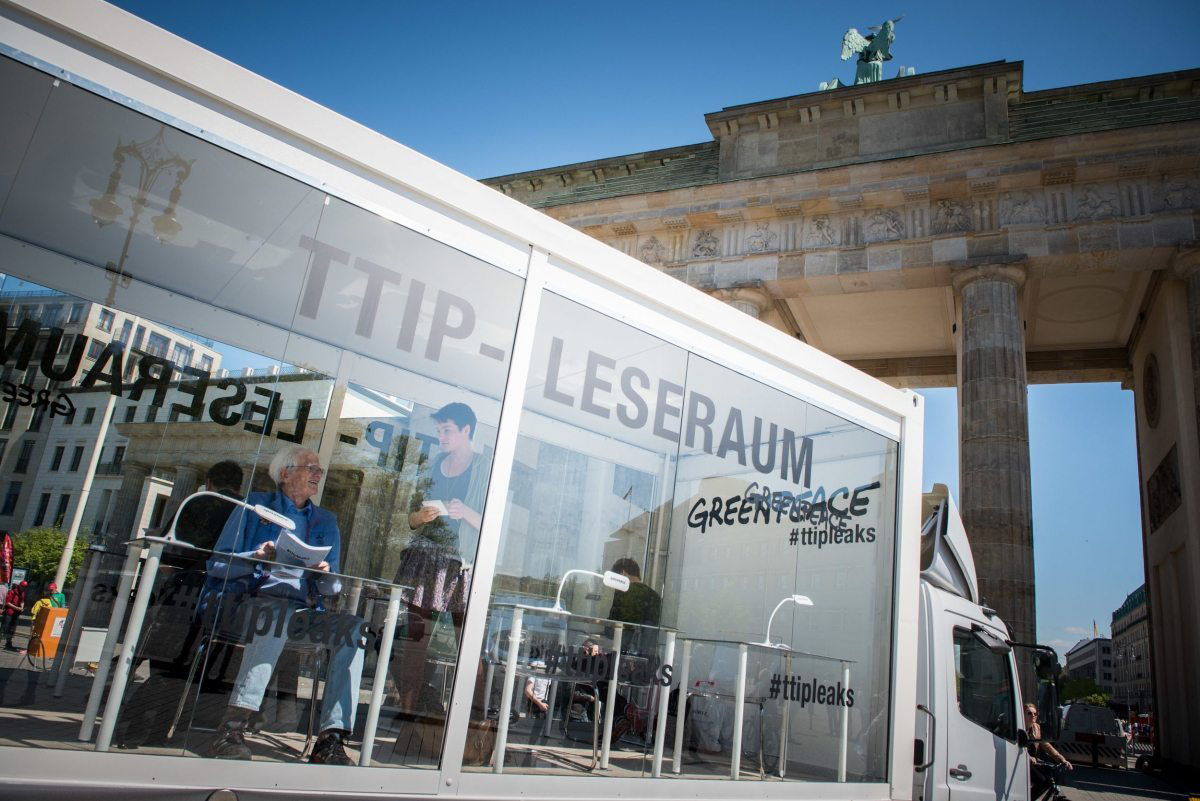 Berlin im Mai 2016: Am Brandenburger Tor stellen Greenpeace-Aktivisten einen gläsernen Leseraum auf, in dem der TTIP-Verhandlungstext einsehbar ist.