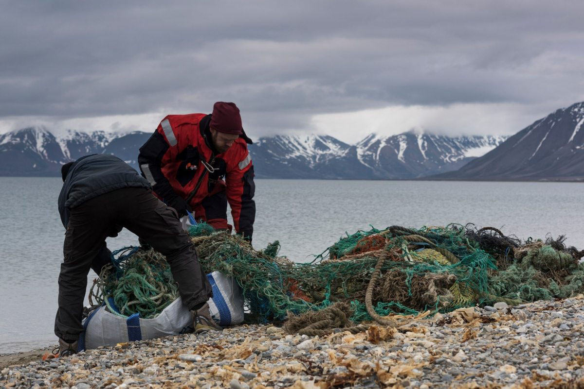 Müll – fast am Ende der Welt. Er wird im Sommer 2016 von Greenpeacern eingesammelt. Selbst an einem einsamen Strand im Westen von Spitzbergen, Norwegen, landen Plastikmüllberge. Nach Schätzungen der Behörden von vor Ort kommen rund 80 Prozent des Mülls an den Stränden des Naturparadieses aus der Fischereiindustrie.