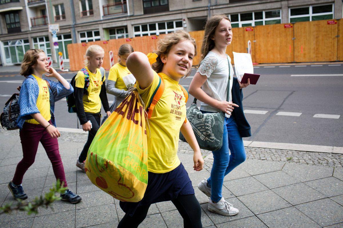 Ein voller Sack mit Forderungen: Kinder der Greenpeace-Greenteams überreichen im Juni 2016 in Berlin 26.000 Unterschriften zur Rettung der Bienen an den Landwirtschaftsminister Christian Schmidt.
