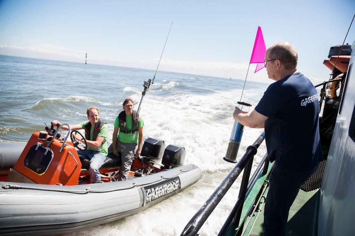 Aktivisten auf dem Greenpeace Schiff MV Beluga II setzen im Juli 2016 treibende Bojen nahe den von Dea geplanten Bohrstellen in der Nordsee aus. Der Weg der Bojen zeigt mit Hilfe der GPS-Sender, wie sich Öl bei einem Unfall im Wattenmeer ausbreiten könnte.