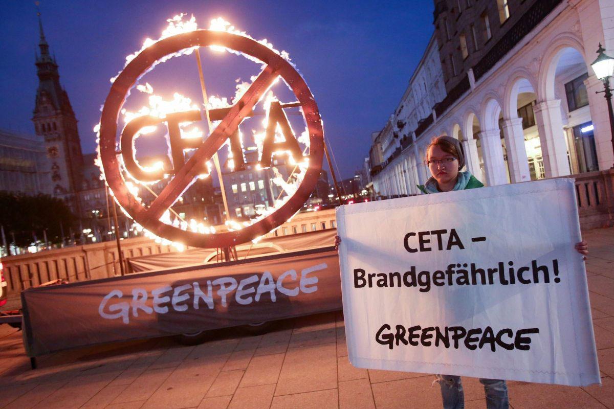 CETA könnte der Türöffner für TTIP sein. Greenpeace-Aktivisten protestieren im August 2016 gegen das Abkommen zwischen Kanada und Europa vor den deutschen Landesparlamenten, hier in Hamburg.