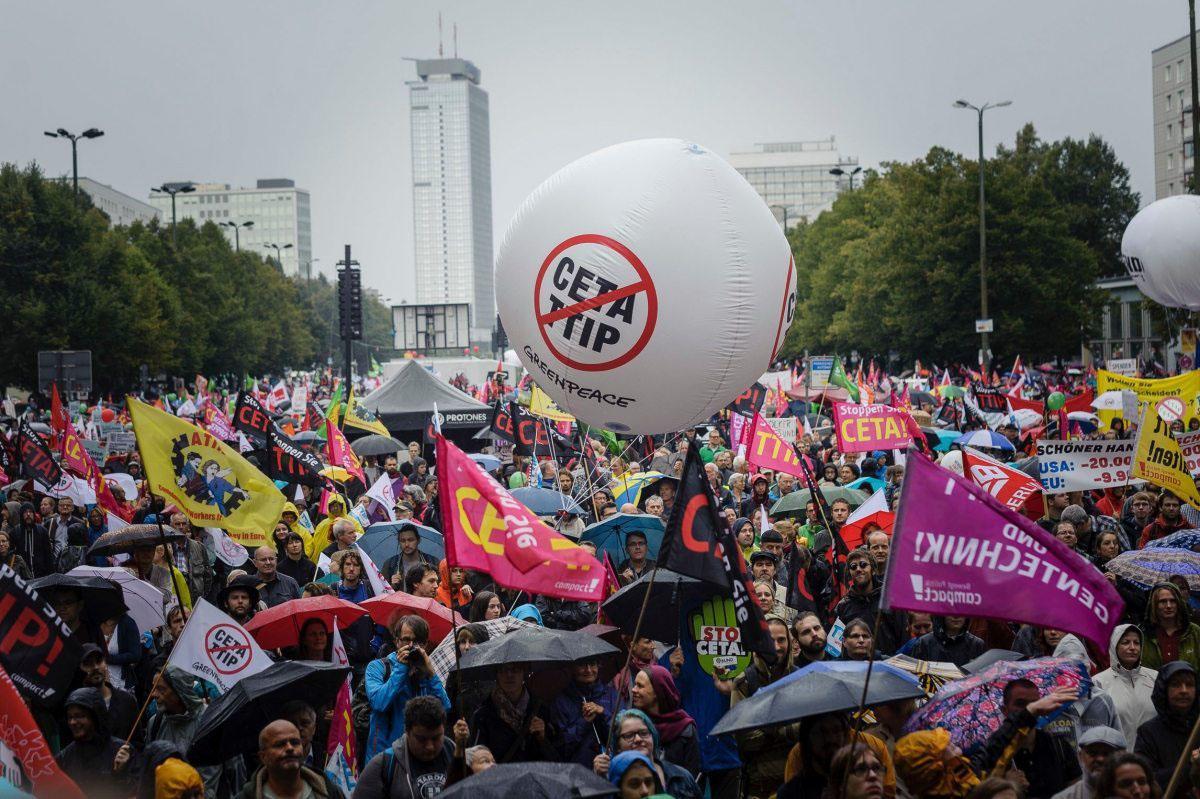 Rund 320.000 Menschen protestieren deutschlandweit am 17. September 2016 gegen TTIP und CETA, hier ein Eindruck aus Berlin.