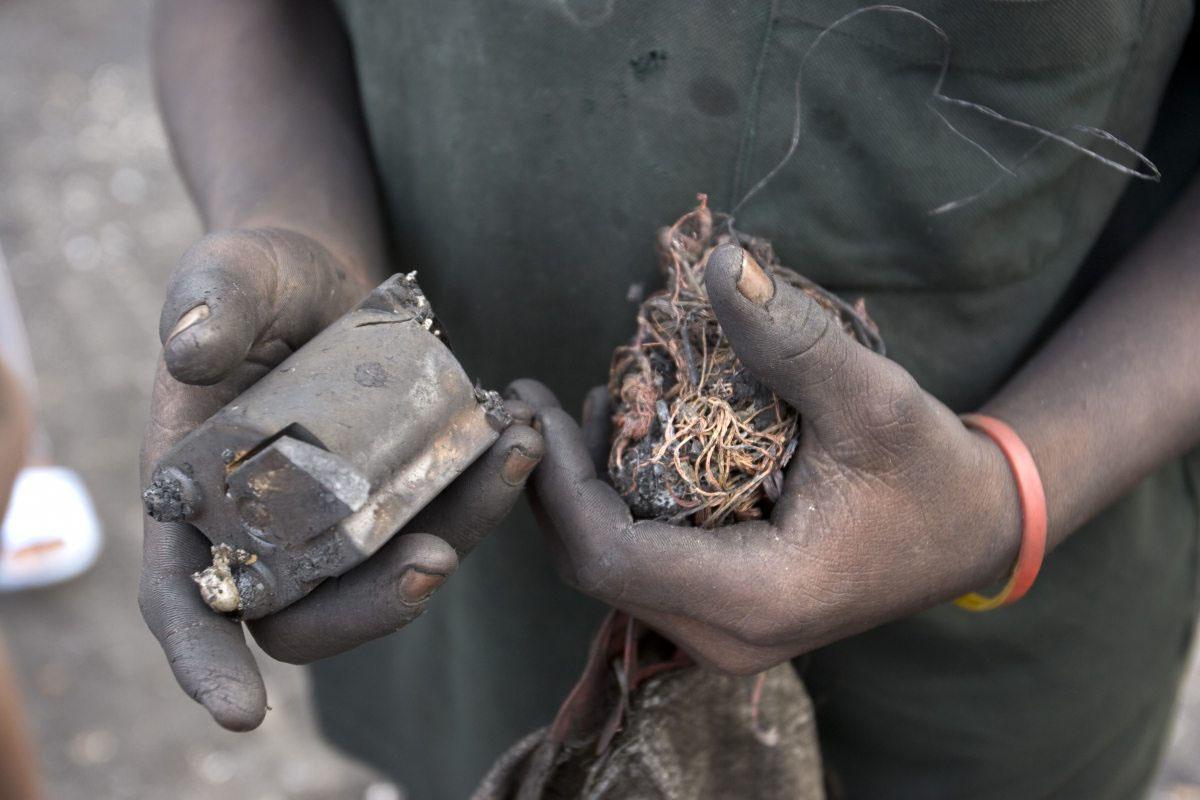 Kupfer ist wertvoll. Aus diesem Grund werden die Plastikleitungen abgebrannt, um an das Material zu kommen.