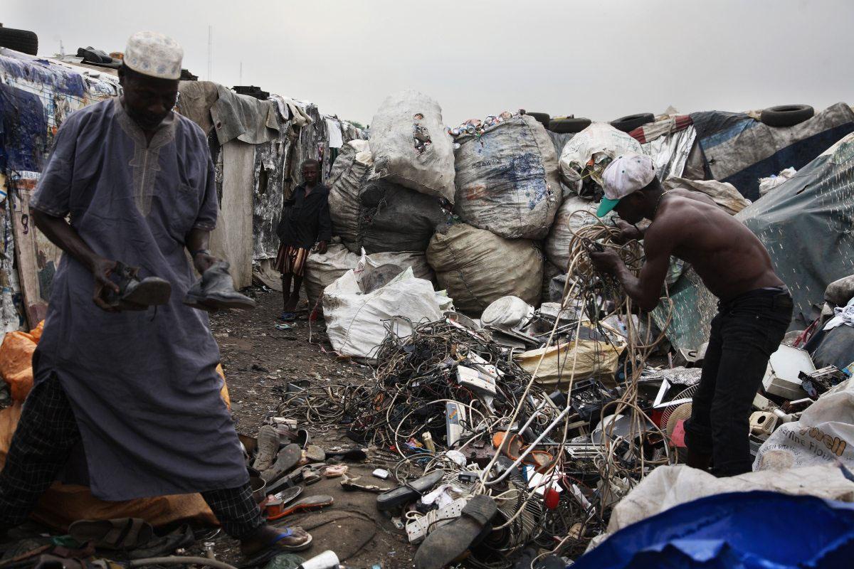 Auf einer Deponie in Lagos (Nigeria) taucht Elektroschrott auf, die Müllsammler verkaufen ihn weiter.
