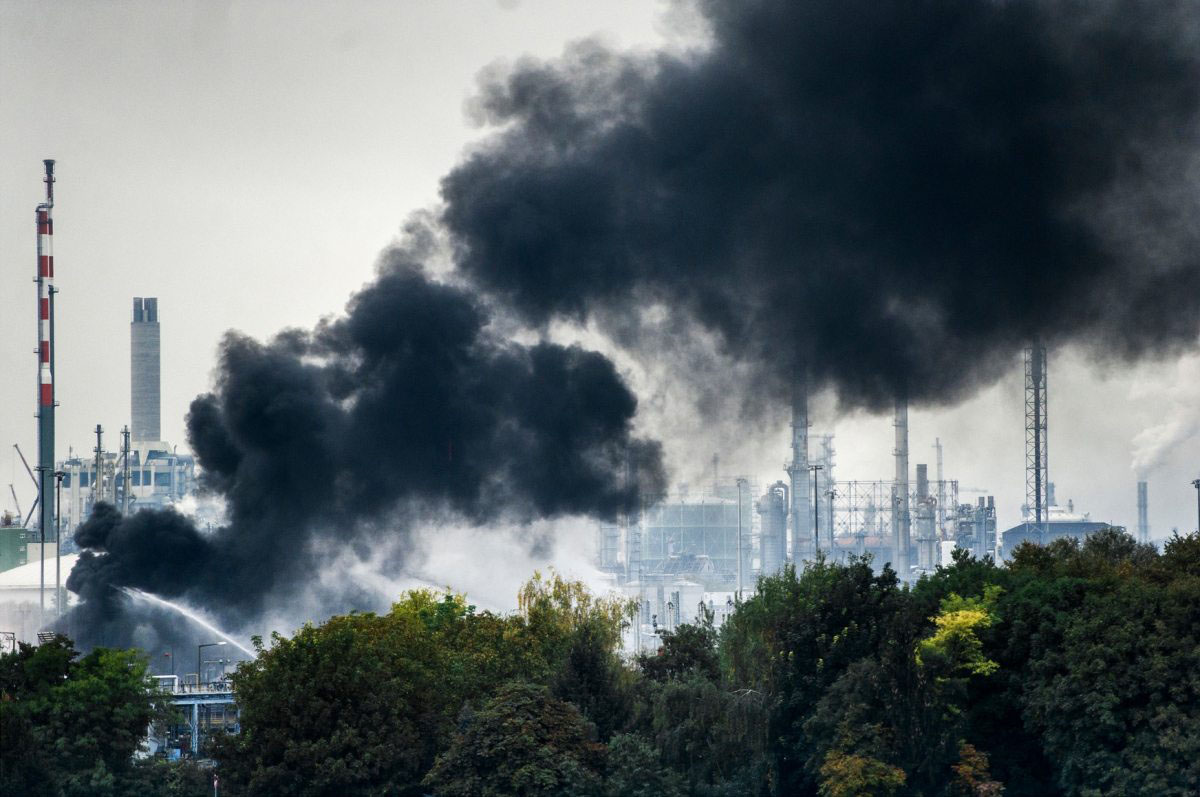 Im Oktober 2016 kommt es bei  BASF in Ludwigshafen während Arbeiten an einer Rohrtrasse zu einer Explosion. Als unabhängige Instanz nimmt Greenpeace an mehreren Stellen Proben und schickt sie zur Analyse in ein Labor. Die Messungen von BASF und Feuerwehr bestätigen sich: Im Rheinwasser werden keine deutlich erhöhten Schadstoffkonzentrationen registriert.