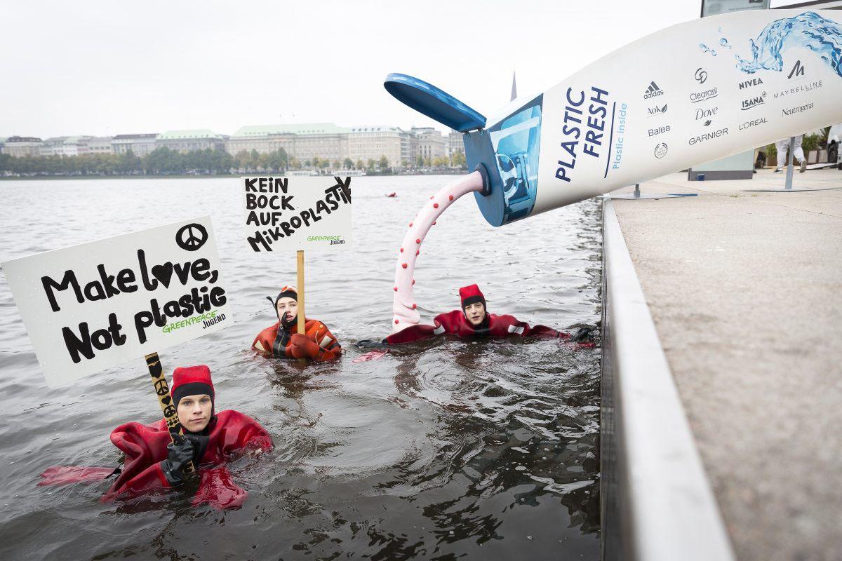 Schwimmend gegen schwimmendes Plastik: Rund 70 Jugendliche protestierten im Oktober 2016 mit einer drei Meter großen Kosmetikflasche in der Hamburger Binnenalster für ein Verbot von Plastik in Kosmetik.