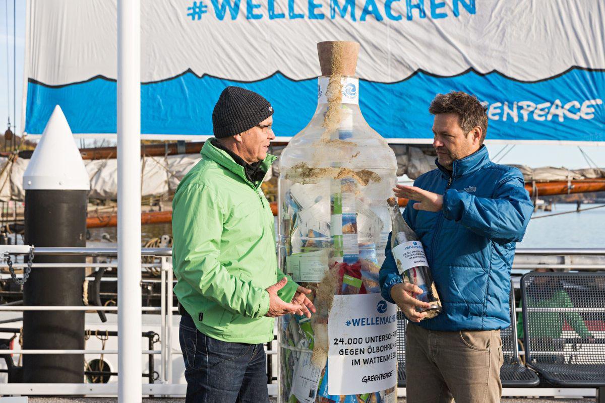 Meeresbiologe und Kampaigner Jörg Feddern liefert dem Minister eindeutige Argumente gegen Ölbohrungen im Wattenmeer.