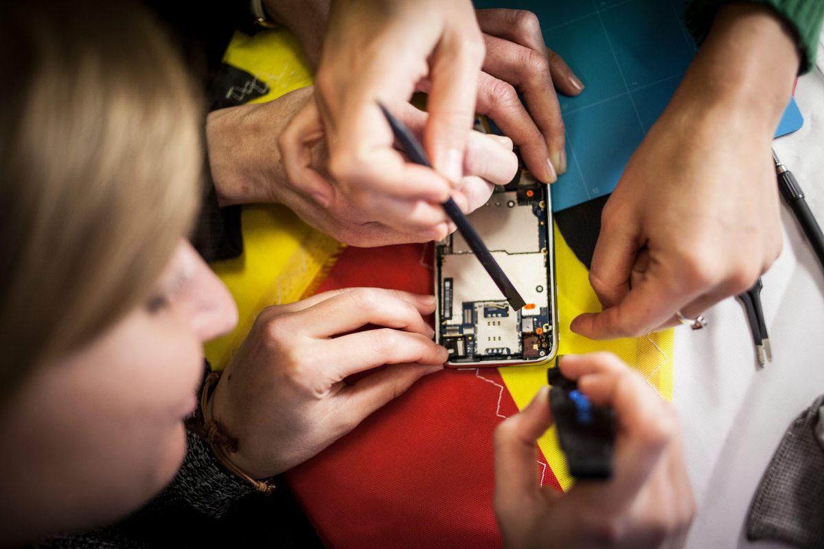 Luft anhalten und nicht zittern: Ein kaputtes Display oder ein defekter Akku sind kein Grund, ein Smartphone aufzugeben – jede Reparatur verlängert die Lebensdauer der Geräte und spart damit letztlich wertvolle Rohstoffe.