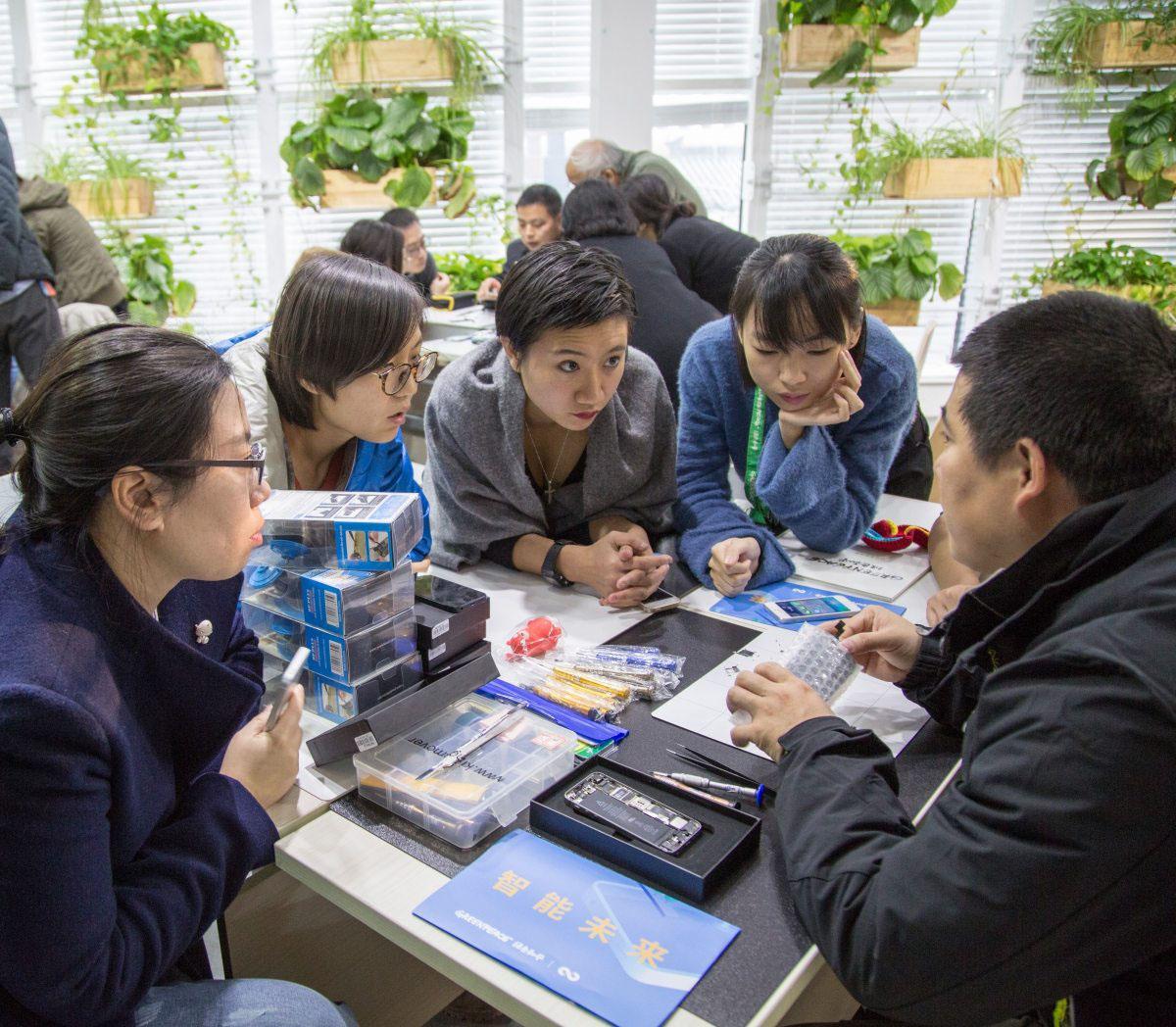 Auch in vielen anderen Ländern bietet Greenpeace Repair Cafés an, wie hier in Peking.