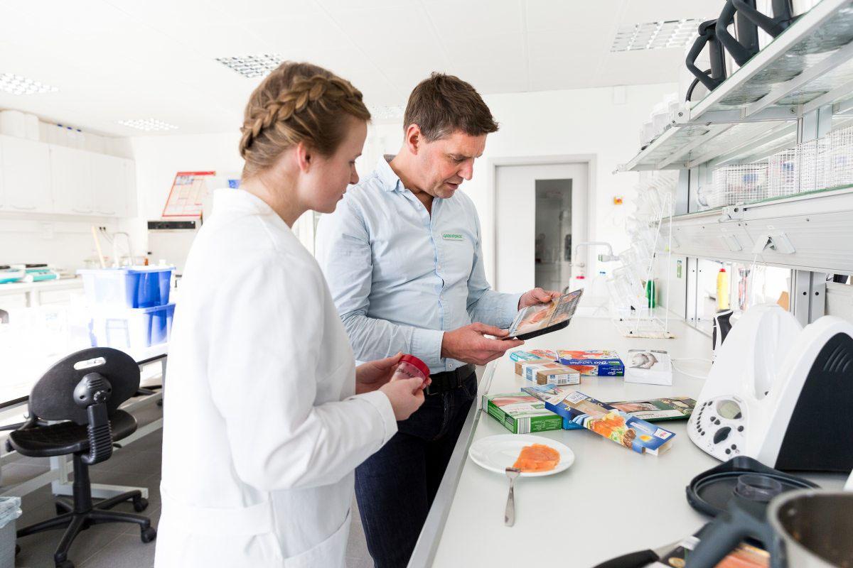 Greenpeace-Meeresexperte Thilo Maack ist bei den Laboruntersuchungen vor Ort.