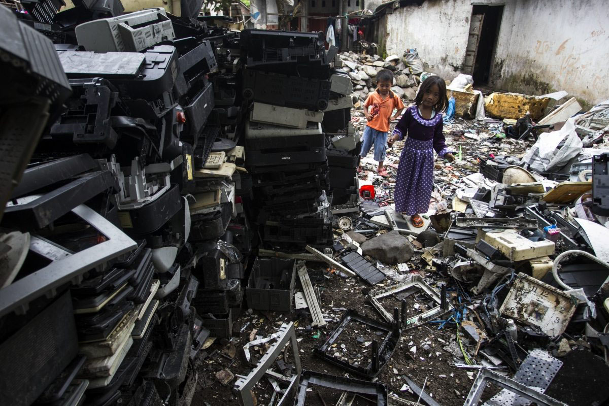 Jomabang auf Java, Kinder spielen zwischen dem Müll.