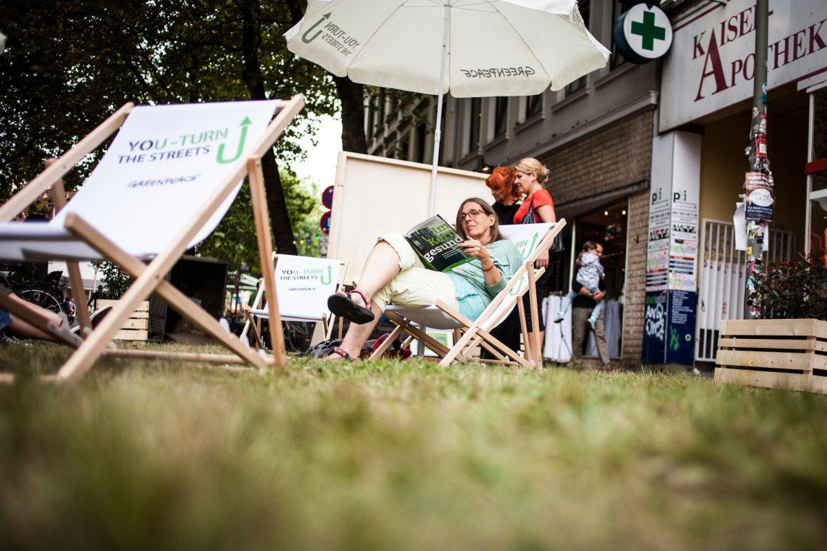 Rollrasen und Liegestühle schaffen auch in Hamburg ein neues Straßenbild, …