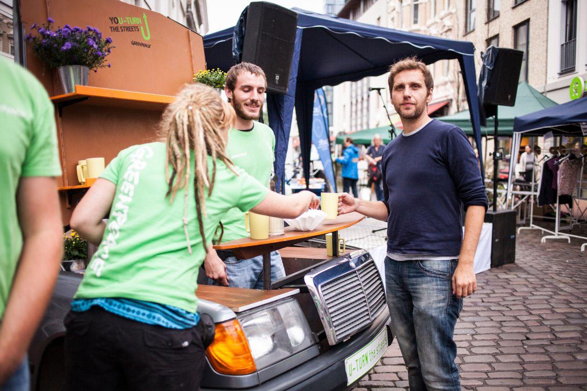 … und die Einzelteile eines gebrauchten Wagens dienen unter anderem als Kaffeebar. Die Greenpeacer fordern eine grünere Stadt mit nachhaltiger Mobilität und eine gerechtere Verteilung des öffentlichen Raums.