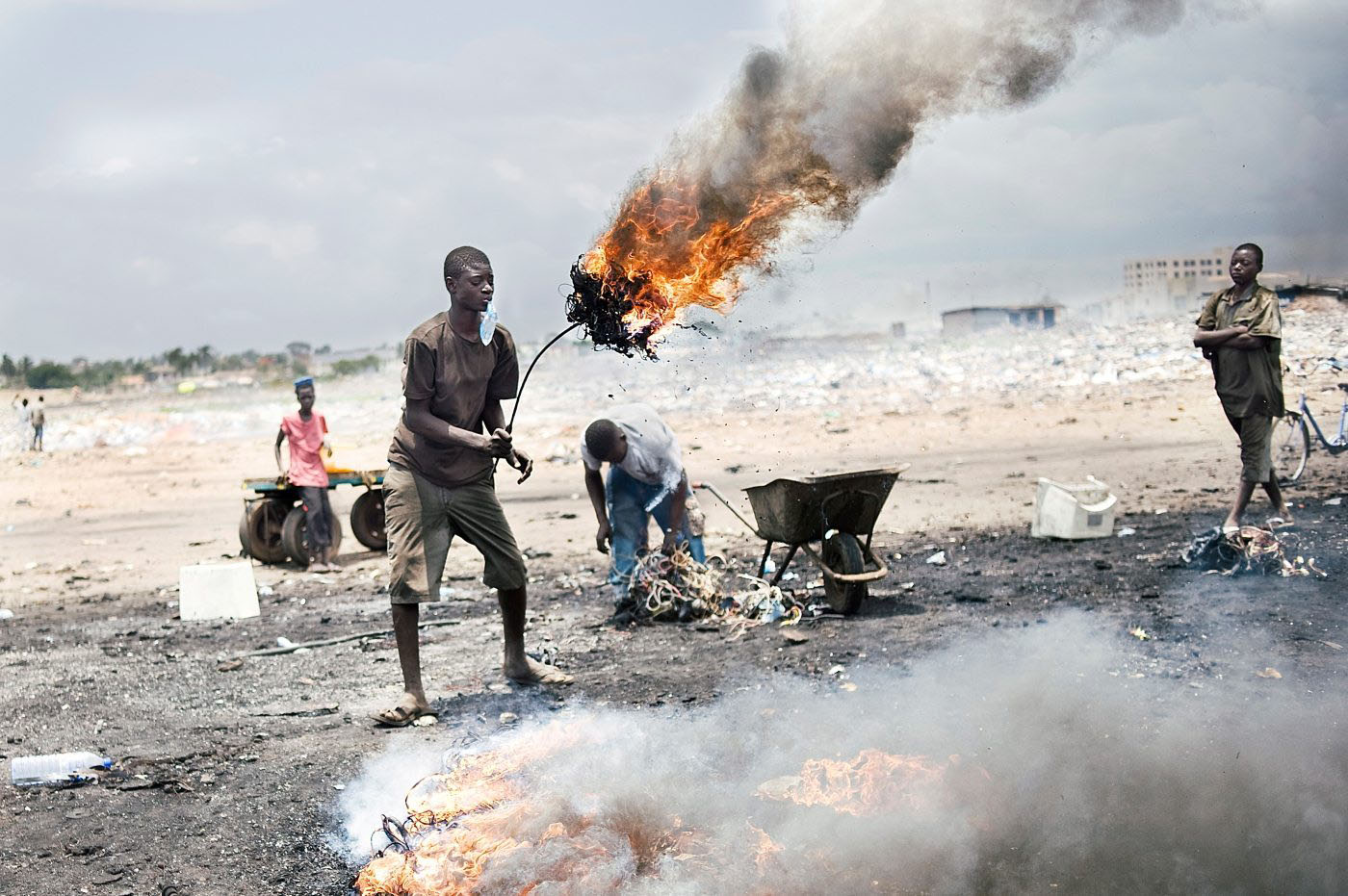 Ohne jeglichen Sicherheitsschutz zerlegen dort Menschen Geräte und verbrennen Kabel, um Metalle freizulegen. Die Dämpfe, die sie dabei einatmen, sind sehr giftig.