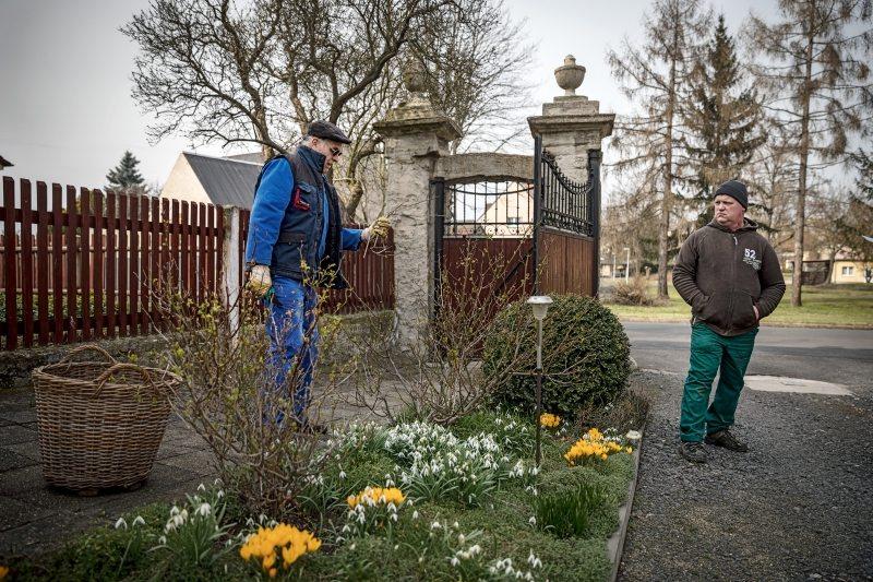 Jens Hausner (rechts) und sein Schwiegervater halten den Hof in Schuss.