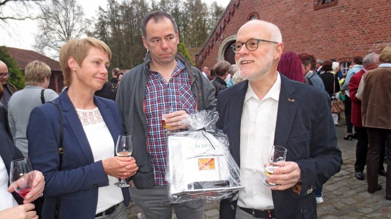 Fördermitglied Dr. Volker Lauff (rechts) mit zwei seiner Gäste wünschte sich Spenden statt Geschenke zu seiner Pensionsfeier