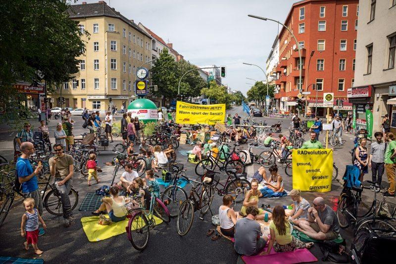 Picknick auf der Straße: In Berlin-Neukölln hat Greenpeace zu einer Demonstration für eine bessere Infrastruktur für Fahrräder geladen.