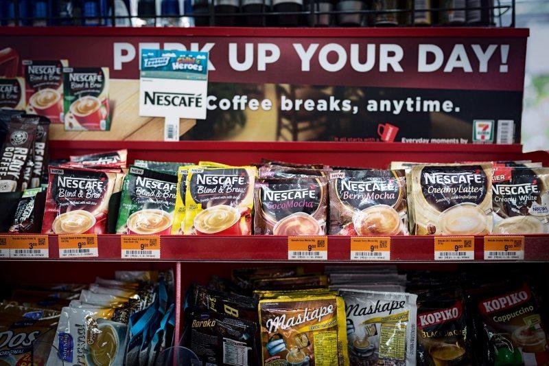 Diese sogenannten Sachets bieten Konzerne wie Nestlé, Palmolive oder Unilever für Menschen mit sehr geringem Einkommen an. Sie können sich den Kauf größerer Portionen nicht leisten – obwohl diese letztlich günstiger wären.