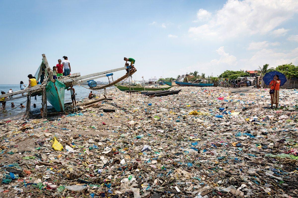 """Der """"White Beach"""" ist mit Plastikmüll übersät. Jeder Sturm verteilt den auf offenen Deponien gelagerten Müll von Neuem. Wie in weiten Teilen Asiens gibt es auf den Philippinen kein funktionierendes Abfallmanagement. Deshalb befasste sich auch der G20-Gipfel mit diesem globalen Problem."""