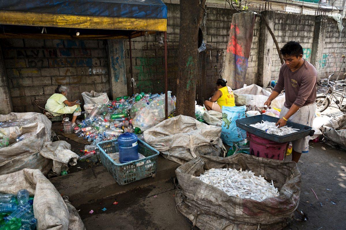 Initiativen vor Ort haben erste Recyclingprojekte gestartet: Hunderte Menschen sortieren Haushaltsabfälle zur Wiederverwertung