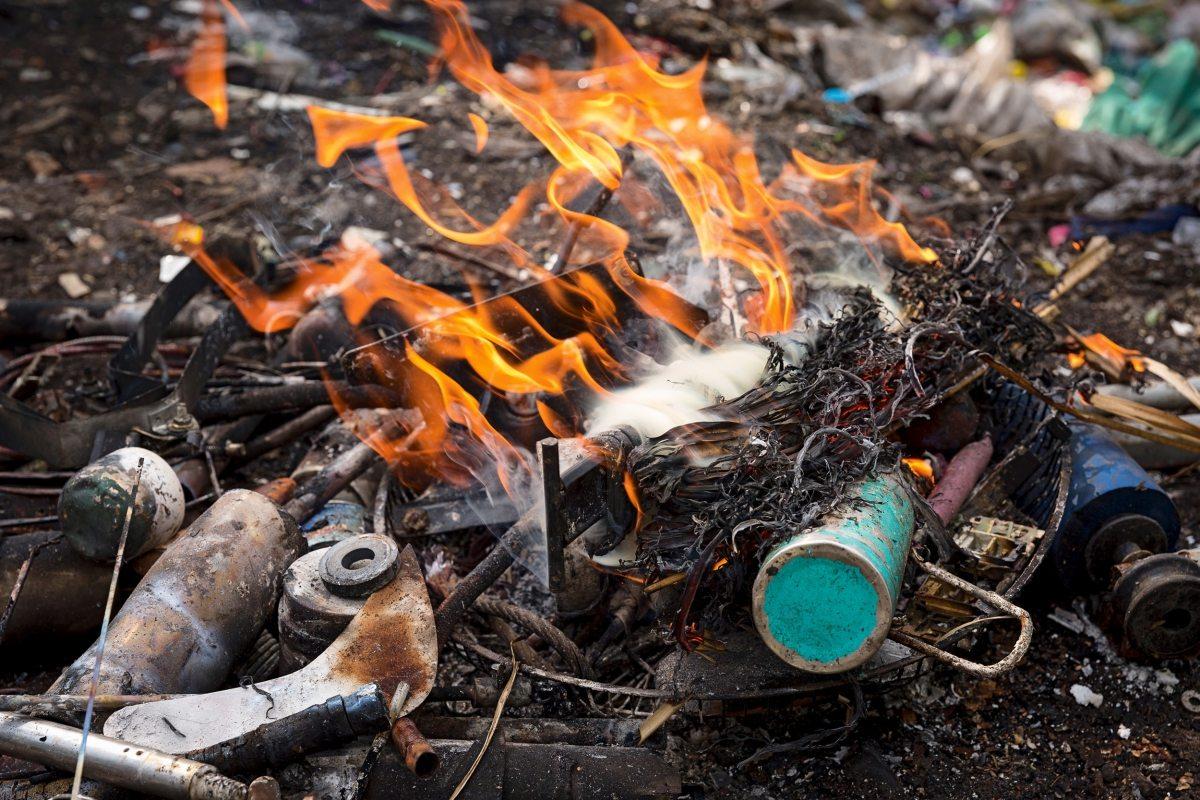 In offenen Feuern verbrennen sie Unrat, um kostbare Metalle zu gewinnen. Sie leben in ständiger Gefahr: Immer wieder werden Menschen durch Erdrutsche verschüttet.