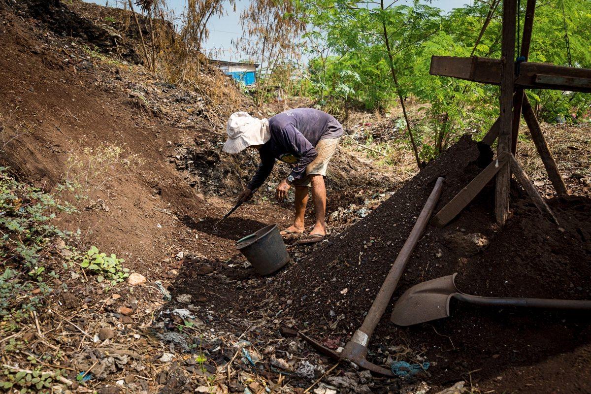 """Auf dem """"Smokey Mountain"""", dem berüchtigten Müllberg Manilas, leben immer noch Familien – vom Müll. Auf der Suche nach Verwertbarem graben sie die meterhohen Schichten um."""