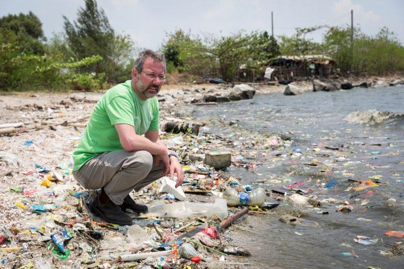 Müll, so weit das Auge reicht: Die Sandstrände in der Metropolregion Manila lassen sich nur noch erahnen. Zwischen Einwegverpackungen und Plastikflaschen toben Kinder – die vermüllte Küste ist ihr Spielplatz.