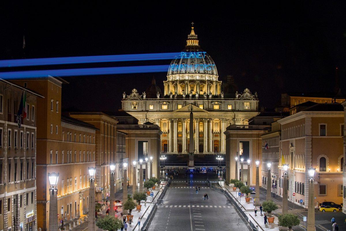 """""""Planet Earth First"""" ist die Antwort auf Trumps nationalistische """"America First""""-Politik. Als der US-Präsident vor dem G7-Gipfel in Italien den Papst besucht, projizieren Greenpeace-Aktivisten den Slogan auf den Petersdom."""