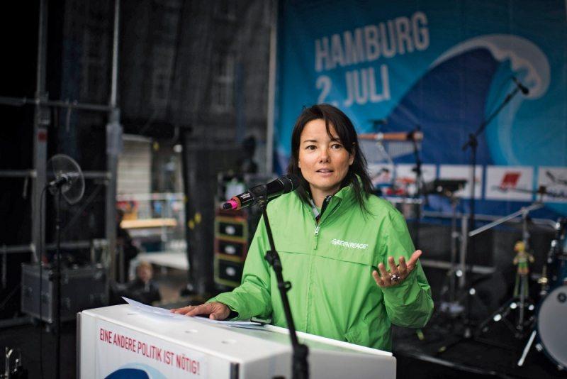 Sweelin Heuss, Geschäftsführerin Öffentlichkeit und Fundraising bei Greenpeace, hält bei der G20-Protestwelle eine Rede für eine andere Globalisierung