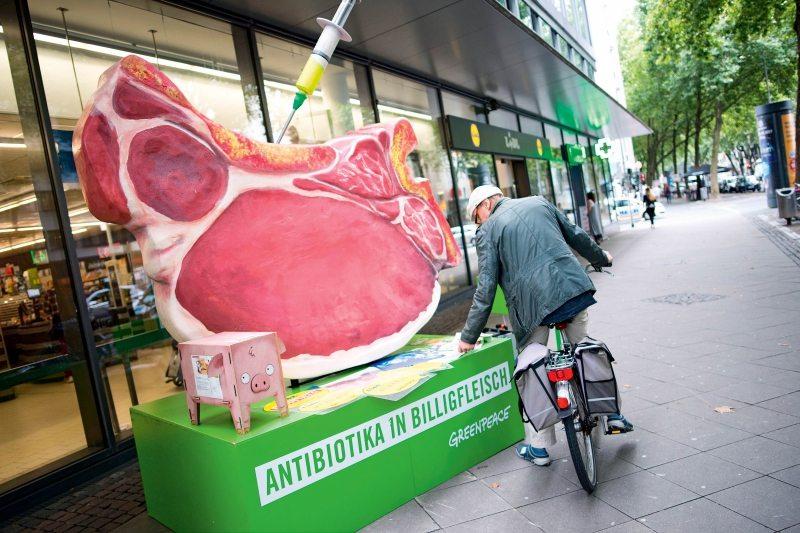 Ein Riesenkotelett auf Deutschlandtour: In 32 Städten informiert Greenpeace Lidl-Kunden über die Haltungsbedingungen von Schweinen, die als Billigfleisch in der Pfanne enden.
