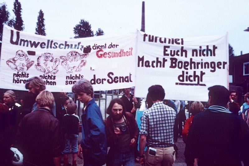 Greenpeace-Aktivisten protestieren 1981 gegen die Hamburger Chemiefabrik Boehringer, die Pestizide produziert und Dioxin freisetzt.