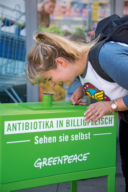 Sichtbare Chemie: Nach dem Einkauf bei Lidl können Verbraucher unter Schwarzlicht selbst sehen, dass sich im Kotelettknochen Antibiotikareste abgelagert haben.