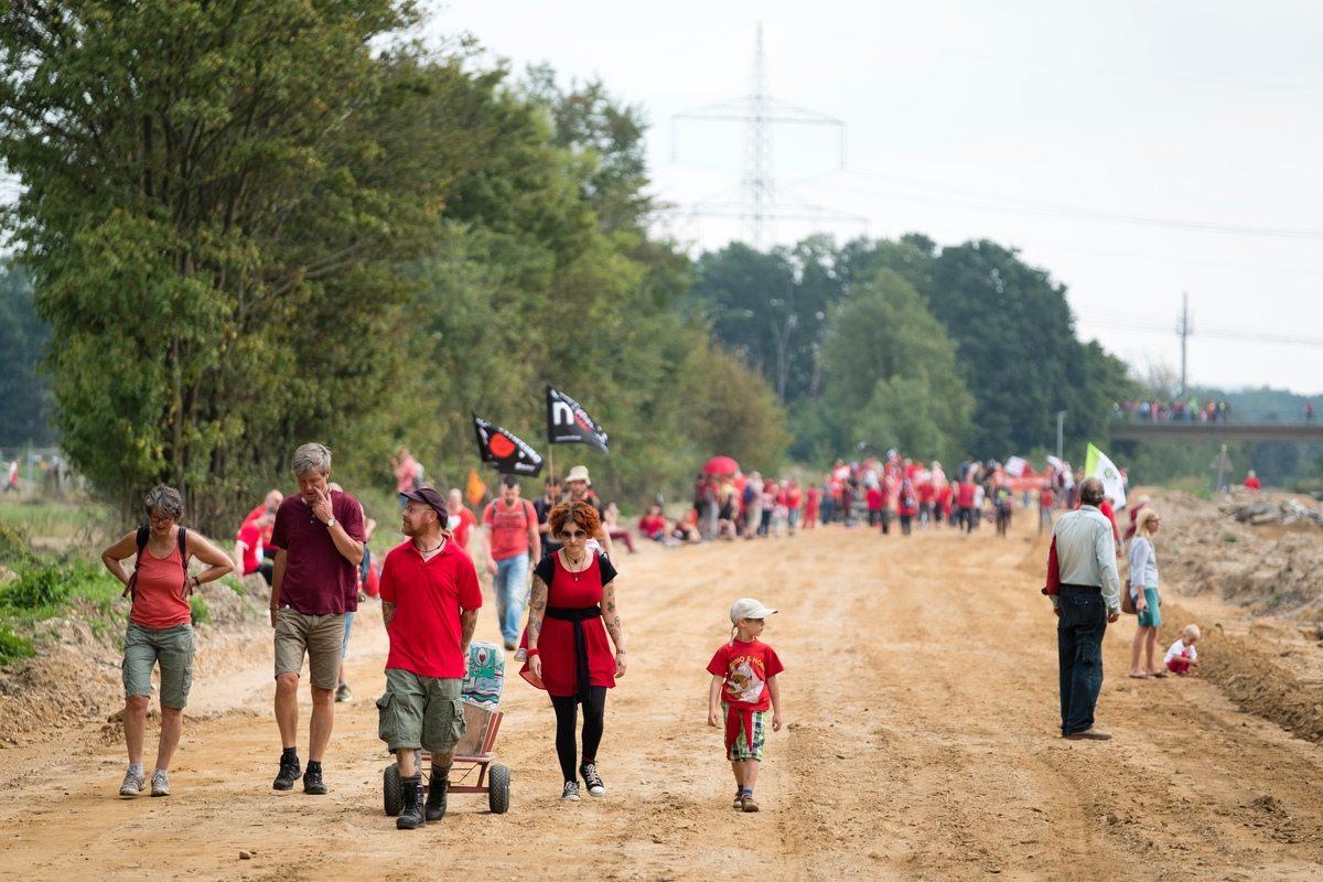 """Rund 3000 Demonstranten ziehen Ende August im Hambacher Forst eine """"Rote Linie"""" und fordern einen schnellen Kohleausstieg."""