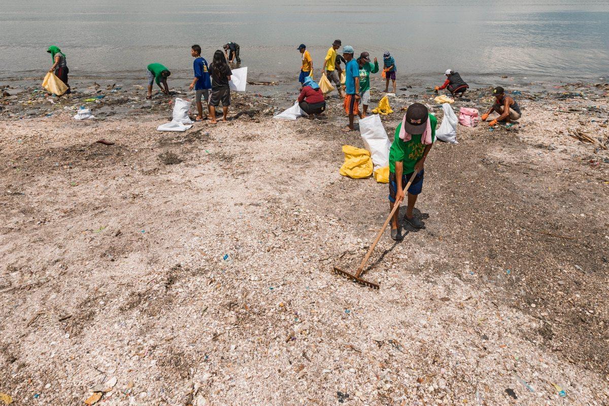 Das Tageswerk: Mehrere Stunden dauert es, einen Strandabschnitt komplett von Müll zu befreien – doch nach der nächsten Flut wird an dieser Stelle wieder Plastikabfall zu sehen sein.