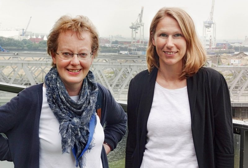 Förderin Angelika Nill aus Neumünster (links) mit Uli Busch, Ansprechpartnerin zum Thema Testament bei Greenpeace.